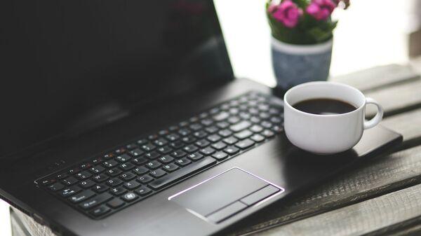 Чашка черного кофе на ноутбуке - Sputnik Արմենիա