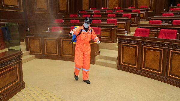 Очередная дезинфекция в зале Национального собрания Армении (18 апреля 2020). Еревaн - Sputnik Արմենիա