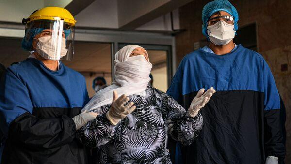 Медперсонал турецкой больницы приветствует 93-летнюю пациентку, вылечившуюся от коронавируса (10 апреля 2020). Стамбул - Sputnik Արմենիա