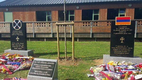 Памятная стела в муниципалитете Вилье-ле-Бель (Франция), посвященная Геноциду ассирийцев и армян - Sputnik Армения