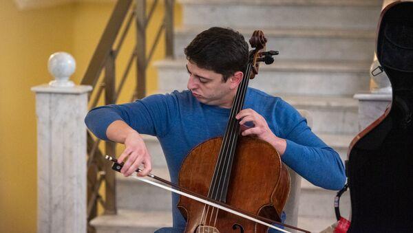 Концерт благодарности Нарека Ахназаряна медикам и персоналу гостиницы, где музыкант провел двухнедельную изоляцию (21 апреля 2020). Еревaн - Sputnik Армения