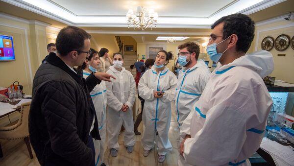 Министр здравоохранения Арсен Торосян после Концерта благодарности Нарека Ахназаряна медикам и персоналу гостиницы, где музыкант провел двухнедельную изоляцию (21 апреля 2020). Еревaн - Sputnik Армения