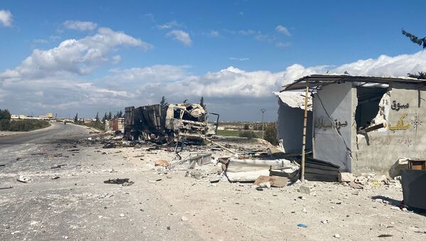 Разрушенная военная техника сирийской армии и дома в районе Саракеб провинции Идлиб в Сирии. - Sputnik Армения
