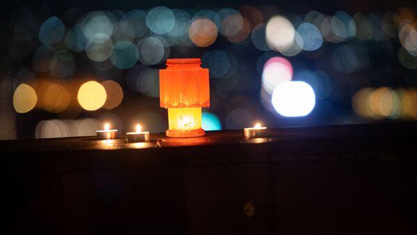 Зажженные свечи на смотровой площадке (23 апреля 2020). Ереване - Sputnik Армения