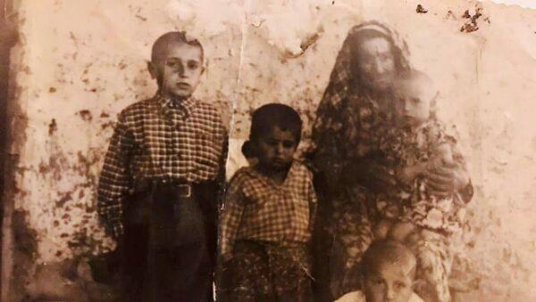 Избежавшая резни в Османской Империи бабушка Сара с внуками  - Sputnik Արմենիա