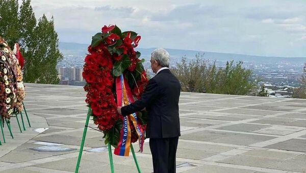 Третий президент Армении Серж Саргсян в мемориальном комплексе Цицернакаберд почтил память жертв Геноцида в Османской империи (24 апреля 2020). Еревaн - Sputnik Армения