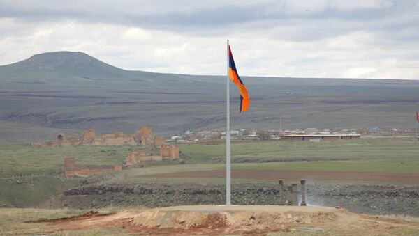 Флаг Армении на армяно-турецкой границе, напротив исторической столицы Ани (24 апреля 2020). Ширак - Sputnik Արմենիա