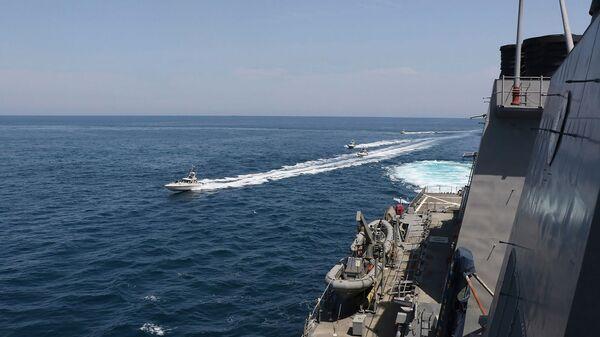 Иранские корабли Революционной гвардии плывут рядом с американскими военными кораблями в Персидском заливе близ Кувейта (15 апреля 2020). Персидский залив - Sputnik Армения