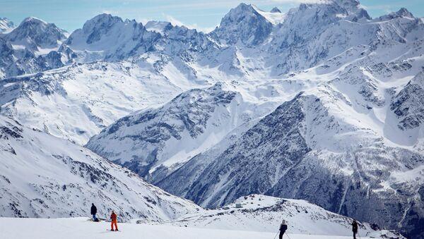 Отдыхающие на курорте Эльбрус горнолыжного комплекса Эльбрус Азау в Республике Кабардино-Балкария - Sputnik Армения