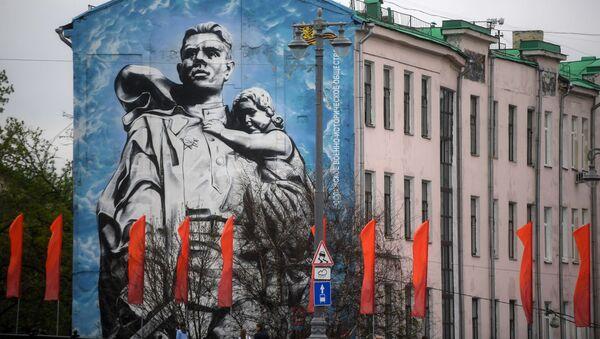 Граффити «Воин-освободитель» на одном из домов Кремлевской набережной в Москве - Sputnik Армения