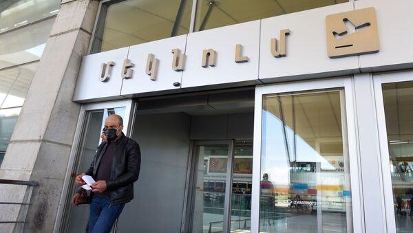 Мужчина в защитной маске в аэропорту Звартноц (27 апреля 2020). Еревaн - Sputnik Армения
