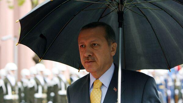 Премьер-министр Турции Реджеп Тайип Эрдоган держит зонтик во время церемонии встречи своего пакистанского коллеги Юсуфа Резы Гилани (28 октября 2008). Стамбул - Sputnik Армения