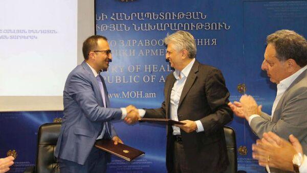 Вардан Сирмакеш (справа) и Арсен Торосян (28 апреля 2020).  - Sputnik Армения