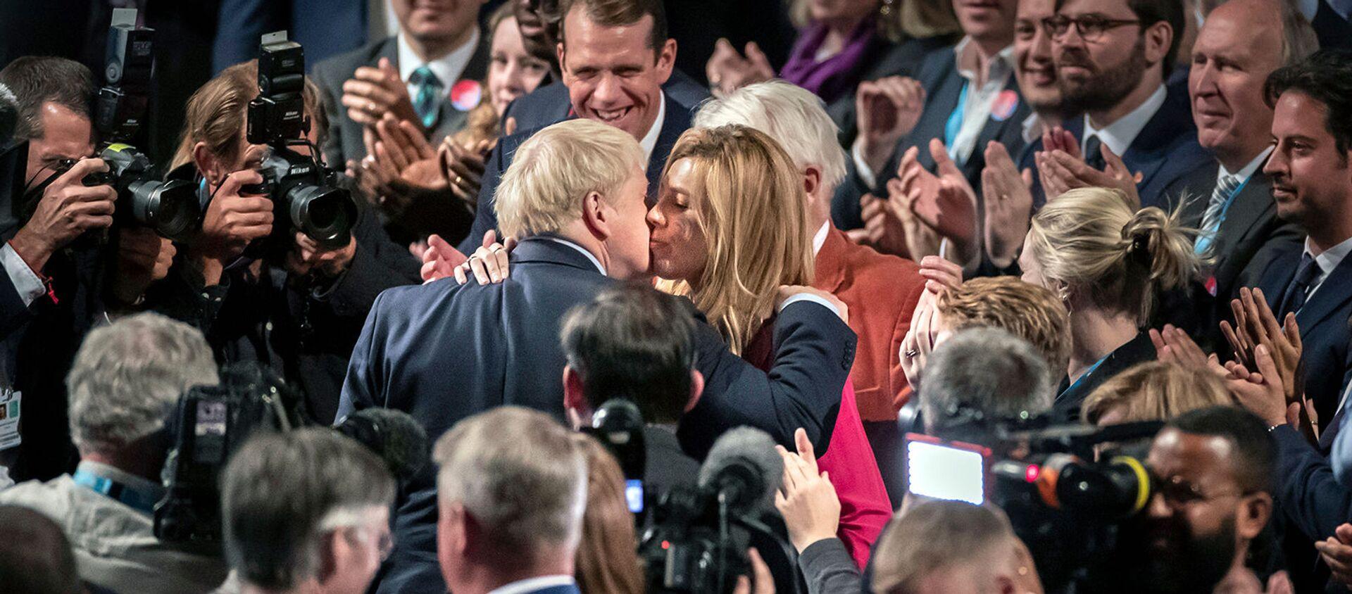 Премьер-министр Великобритании Борис Джонсон целует свою подругу Кэрри Саймондс на конференции Консервативной партии (2 октября 2019). Манчестер - Sputnik Армения, 1920, 27.08.2020