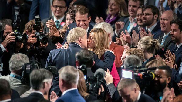 Премьер-министр Великобритании Борис Джонсон целует свою подругу Кэрри Саймондс на конференции Консервативной партии (2 октября 2019). Манчестер - Sputnik Армения