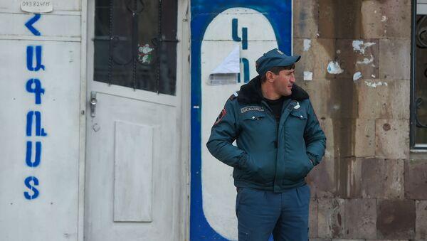 Полицейский у магазина одежды рядом с медцентром Гавара (29 апреля 2020). Гавар - Sputnik Արմենիա