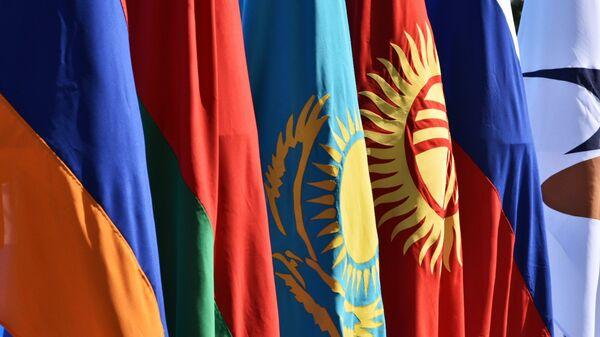 Государственные флаги на контрольно-пропускном пункте Ак-Жол на границе Киргизии и Казахстана. - Sputnik Армения