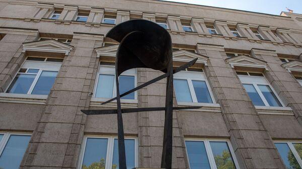 Скульптура армянскому драму перед зданием Центрального Банка Армении - Sputnik Армения