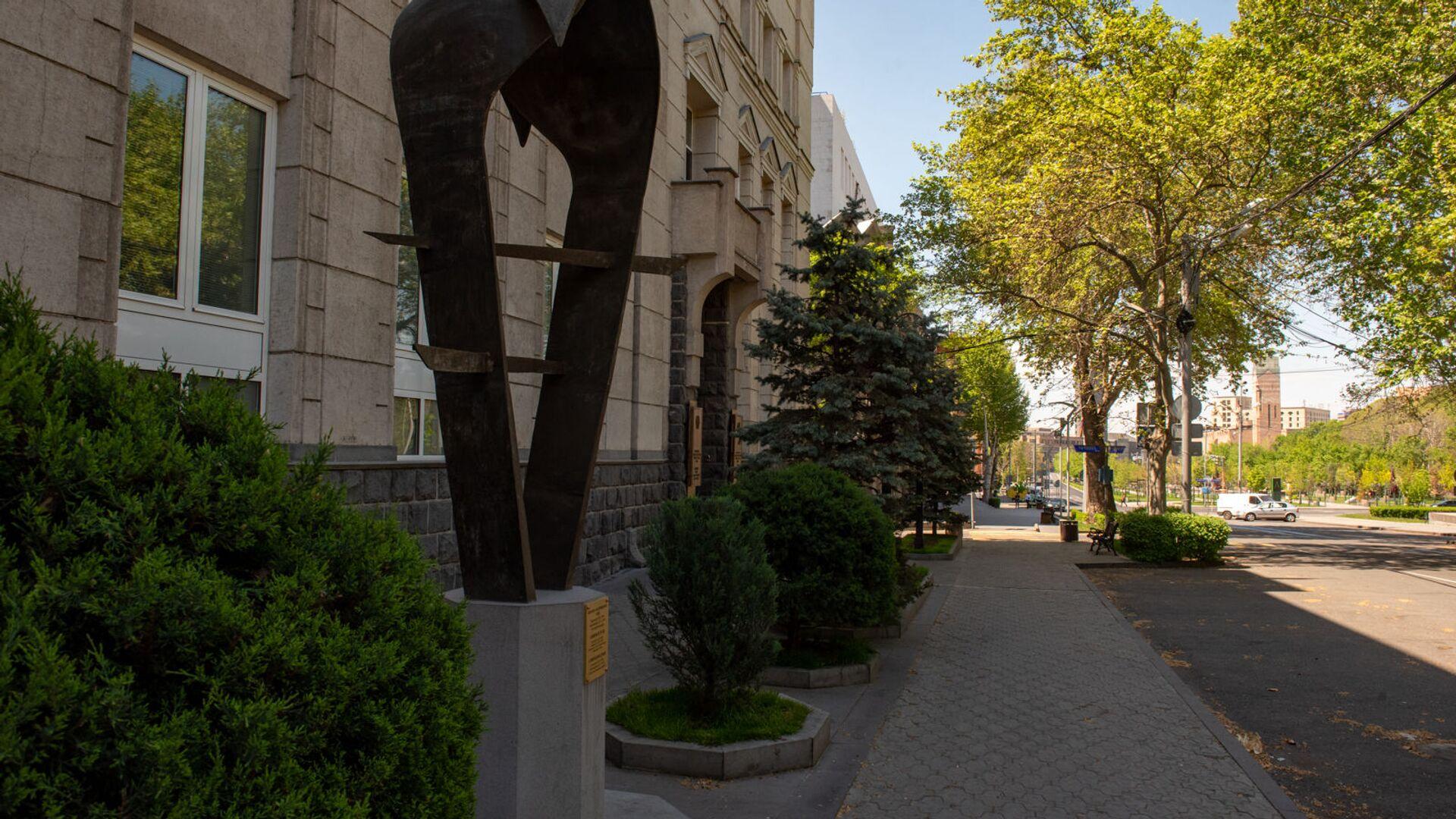 Скульптура армянскому драму перед зданием Центрального Банка Армении - Sputnik Армения, 1920, 14.10.2021