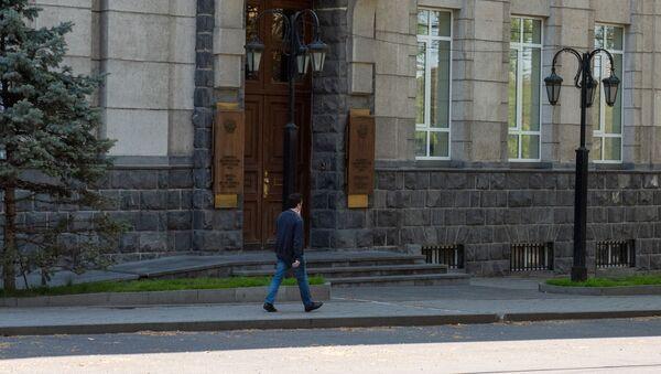 Молодой человек проходит мимо здания Центрального Банка Армении - Sputnik Армения
