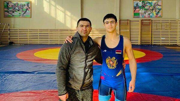 Борец греко-римского стиля Левон Гегамян с сыном Аршаком - Sputnik Արմենիա