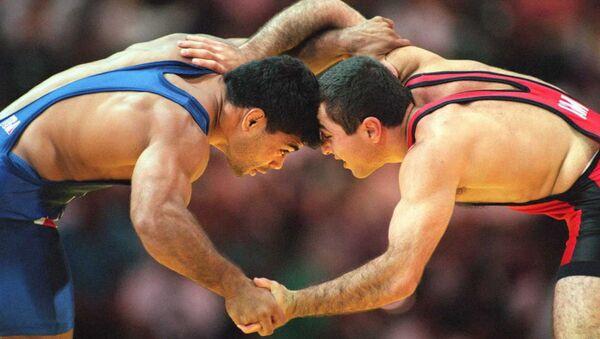 Борец Араик Геворгян (справа) против Таунсенда Сондерса (США) во время полуфинала борьбы вольным стилем (68 кг) на XXVI Летних Олимпийских играх (31 июля 1996). Атланта - Sputnik Արմենիա