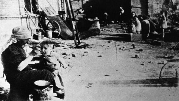 На сталинградских улицах летом 1942 года. - Sputnik Армения