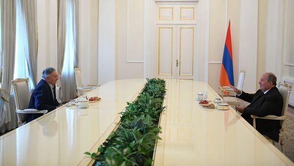 Президент Армен Саркисян принимает у себя героя Арцаха Аркадия Тер-Тадосяна (8 мая 2020). Еревaн - Sputnik Արմենիա