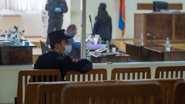 Охранник в медицинской маске в коридоре во время судебного заседания по делу 1 марта (8 мая 2020). Еревaн - Sputnik Армения