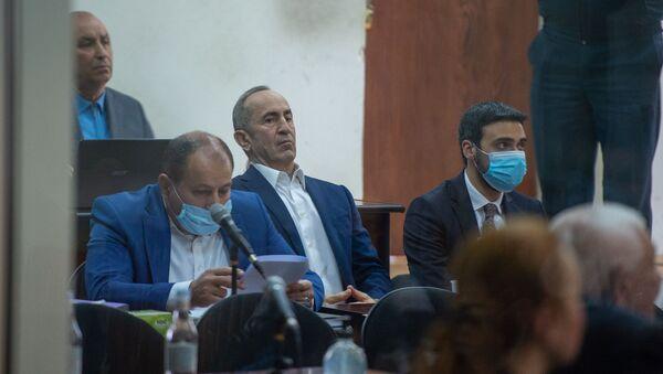 Роберт Кочарян со своими адвокатами Айком Алумяном (слева) и Арамом Вардеваняном (справа) на судебном заседании по делу 1 марта (8 мая 2020). Еревaн - Sputnik Армения