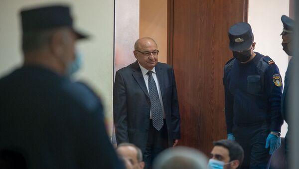 Вазген Манукян входит в зал судебного заседания по делу 1 марта (8 мая 2020). Еревaн - Sputnik Армения