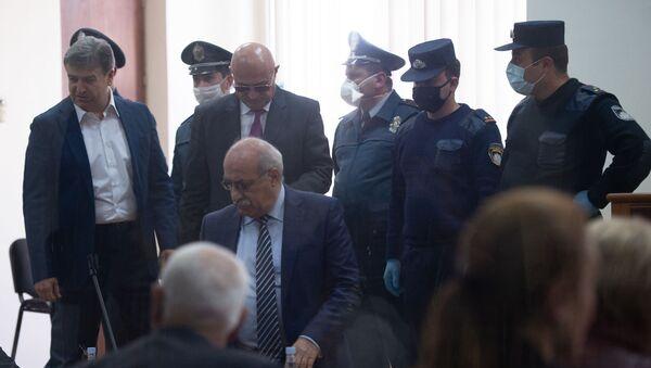 Карен Карапетян (слева), Анушаван Даниелян (справа) и Хосров Арутюнян на судебном заседании по делу 1 марта (8 мая 2020). Еревaн - Sputnik Արմենիա