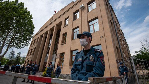Охрана у здания суда, где проходит судебное заседание по делу 1 марта (8 мая 2020). Еревaн - Sputnik Արմենիա