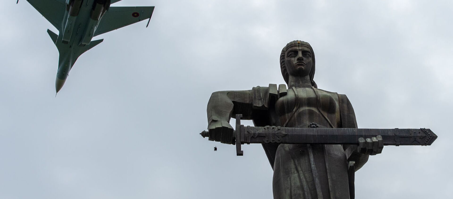 Истребители Су-30 СМ пролетают над монументом Мать Армения в парке Победы на авиапараде (9 мая 2020). Еревaн - Sputnik Արմենիա, 1920, 24.06.2021