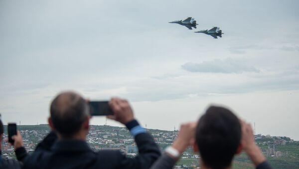 Горожане записывают на телефон полеты истребителей Су-30 СМ во время авиапарада (9 мая 2020). Еревaн - Sputnik Армения