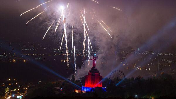 Салют приуроченный ко дню 75-летия Победы (9 мая 2020). Еревaн - Sputnik Армения