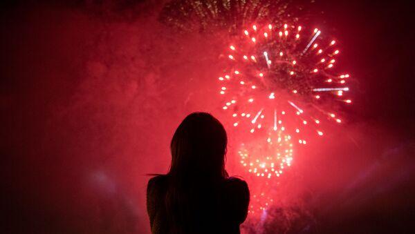 Женщина наблюдает за праздничным салютом, приуроченным ко дню 75-летия Победы (9 мая 2020). Еревaн - Sputnik Արմենիա