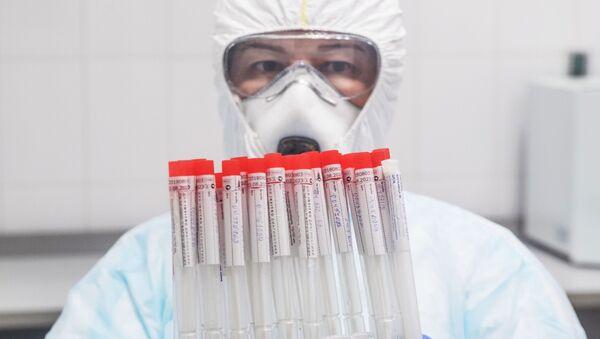 Врач с пробирками биоматериала после тестирования на коронавирус - Sputnik Армения