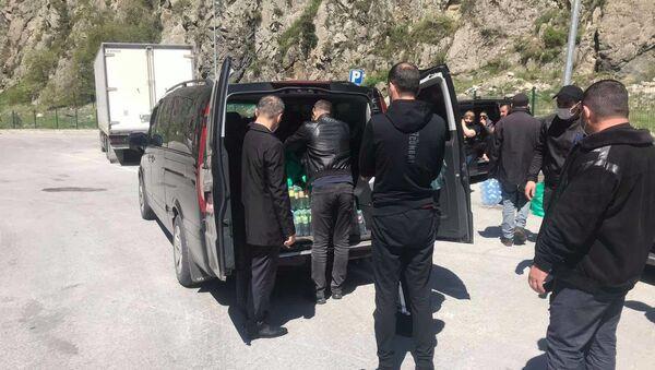 Посольство Армении в Грузии предоставило еду и предметы первой необходимости гражданам Армении в Верхнем Ларсе (12 мая 2020). Грузия - Sputnik Армения