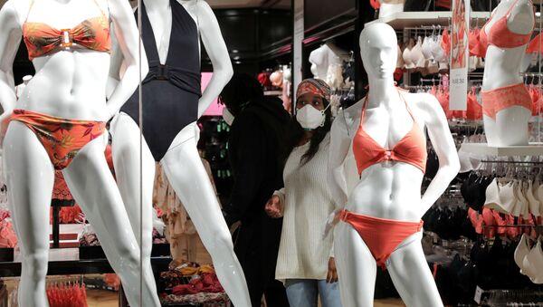 Դիմակով կինը՝ լողազգեստների խանութում, կարանտինային միջոցառումների մեղմացումից հետո (11 մայիսի, 2020). Ֆրանսիա - Sputnik Արմենիա