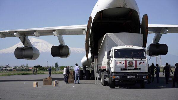 Разгрузка самолета с медикаментами и медоборудованием в аэропорту Звартноц (14 мая 2020). Еревaн - Sputnik Армения