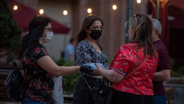 Группа энтузиастов раздала маски на Северном проспекте (17 мая 2020). Еревaн - Sputnik Արմենիա