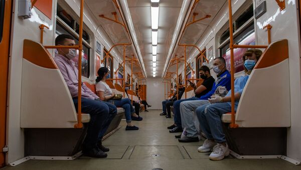 Пассажиры ереванского метро соблюдают социальную дистанцию в период пандемии после введения масочного режима (18 мая 2020). Еревaн - Sputnik Армения