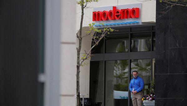 Логотип на входе в штаб-квартиру Moderna Therapeutics, которая разрабатывает вакцину против коронавирусной болезни (18 мая 2020). Кембридж - Sputnik Արմենիա