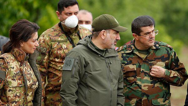 Премьер-министр Армении Никол Пашинян и новоизбранный президент Карабаха Араик Арутюнян посетили воинские части (9 мая 2020). Карабах - Sputnik Արմենիա