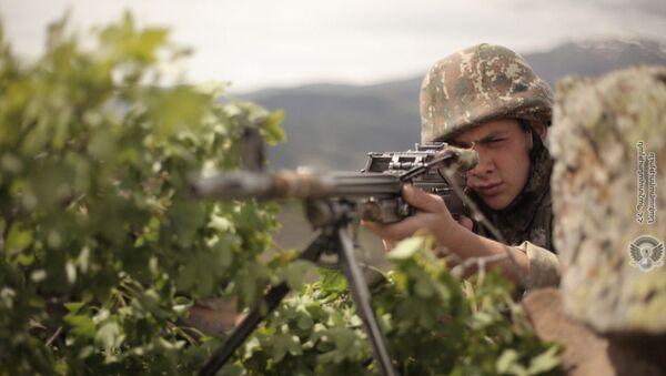 Армянский военнослужащий во время учений по стрельбе - Sputnik Армения