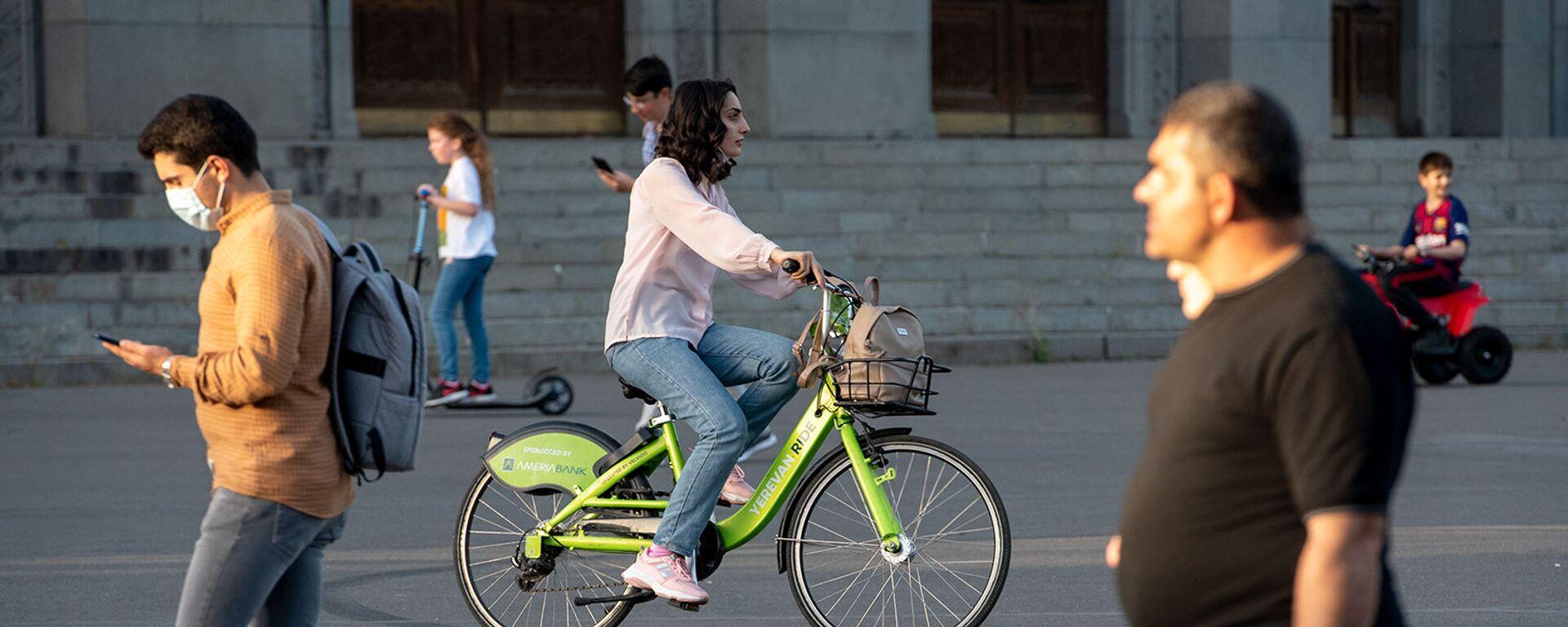Девушка катается на велосипеде Yerevan Ride - Sputnik Արմենիա, 1920, 13.05.2021