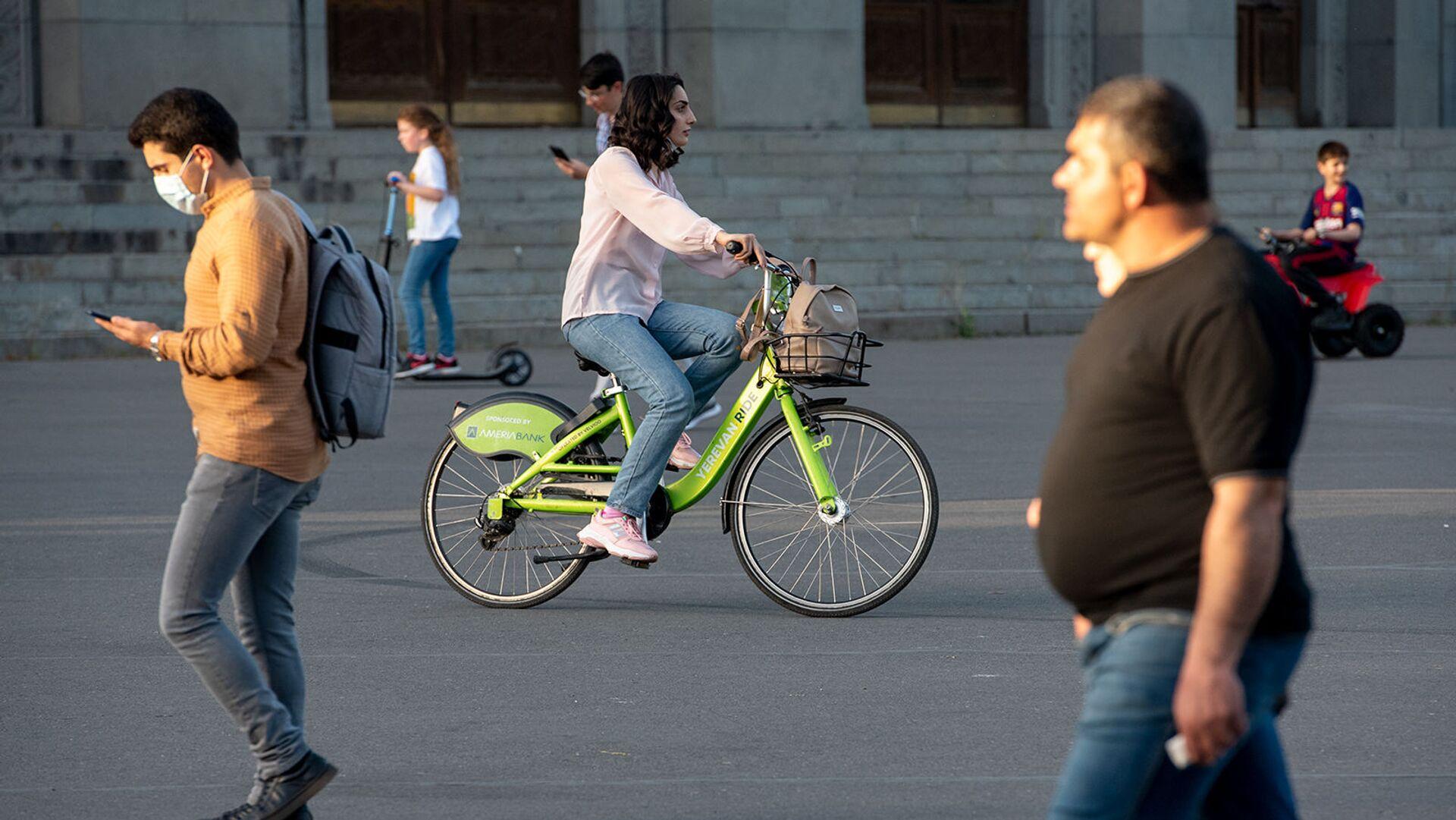 Девушка катается на велосипеде Yerevan Ride - Sputnik Արմենիա, 1920, 19.09.2021