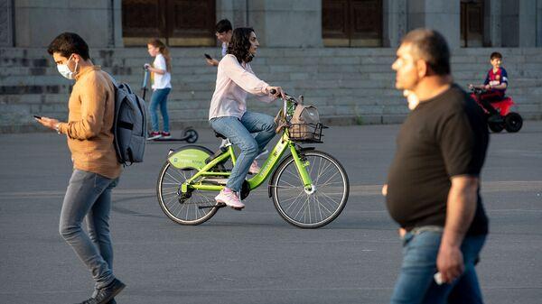 Девушка катается на велосипеде Yerevan Ride - Sputnik Արմենիա