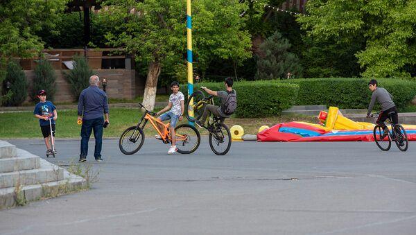 Ребята катаются на велосипедах - Sputnik Արմենիա